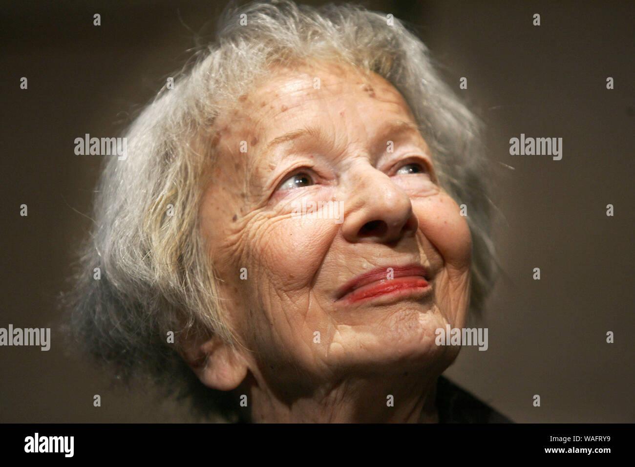 Wislawa Szymborska Imágenes De Stock Wislawa Szymborska