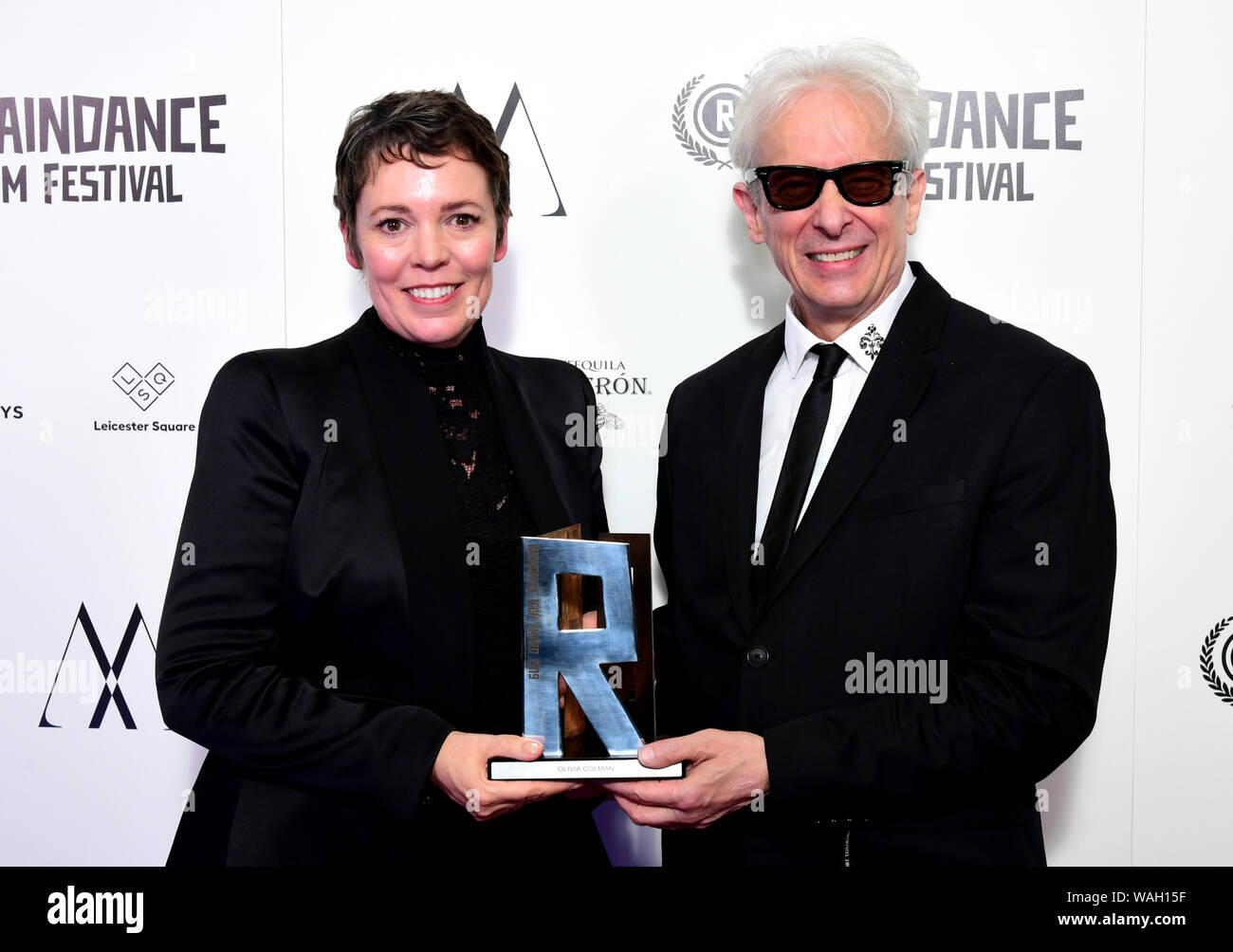 Elliot Grove (derecha) presenta Olivia Colman con el Raindance icono 2019 Premio durante el Raindance Film Festival 2019 celebrado en Londres. Foto de stock