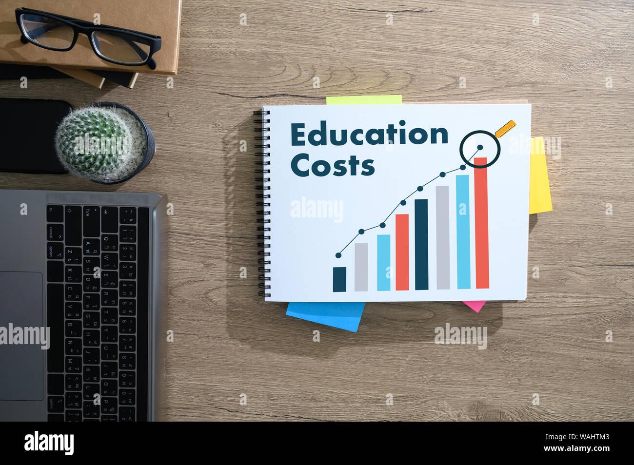 La educación gráfico que está mostrando una tendencia al alza en los costos de la educación análisis financiero. Foto de stock