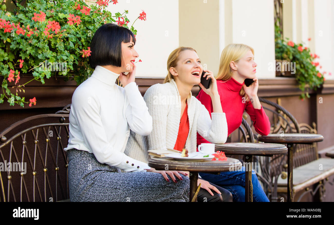 Amigos Pueden Sentarse En La Cafetería Y Disfrute De Hablar