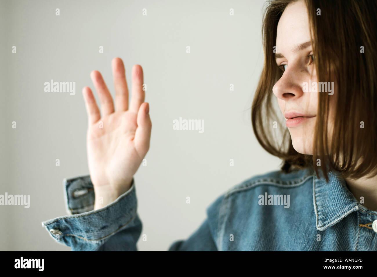 Retrato de mujer contra el fondo blanco. Foto de stock