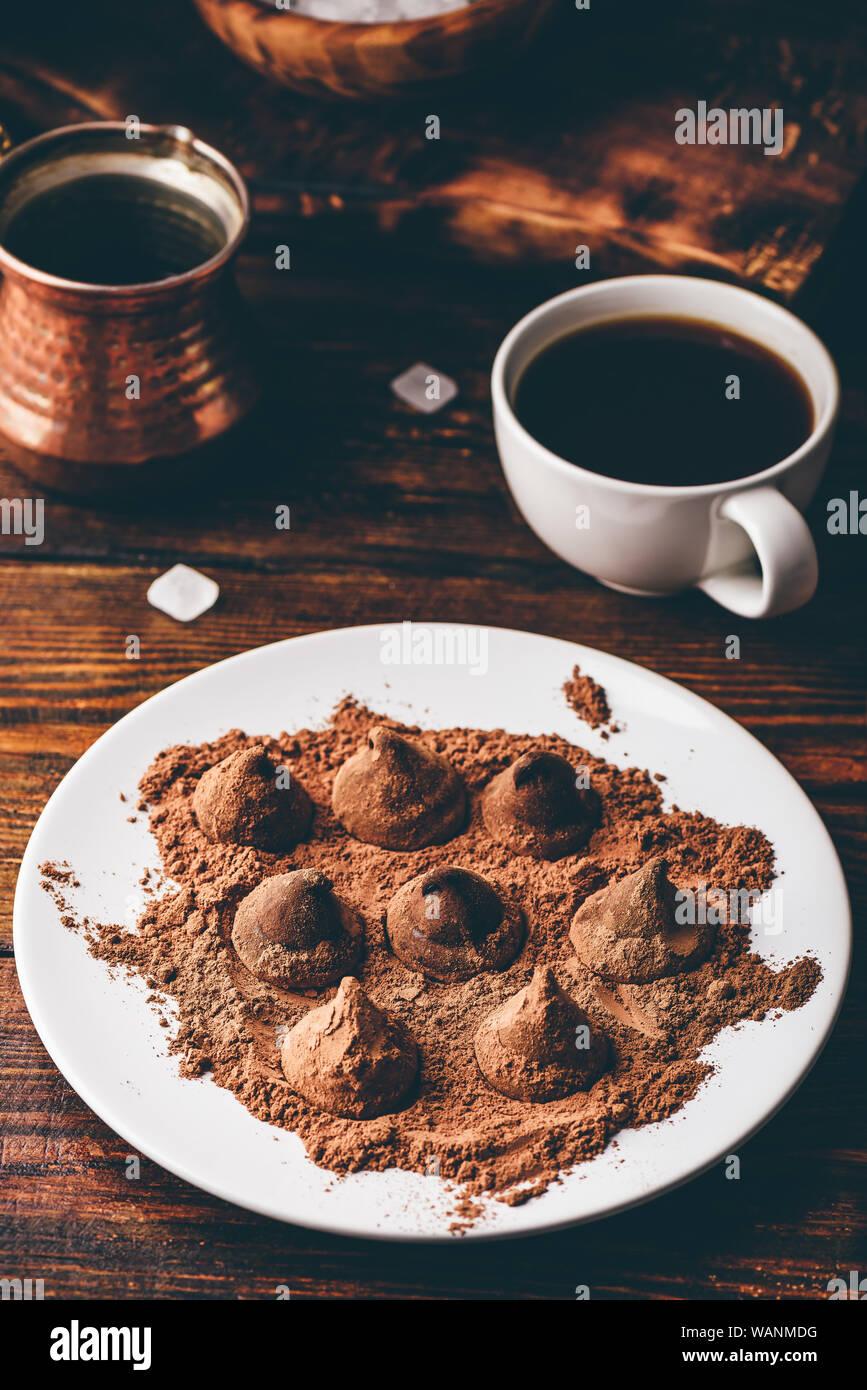 Trufas de chocolate caseras recubierto con café negro Foto de stock