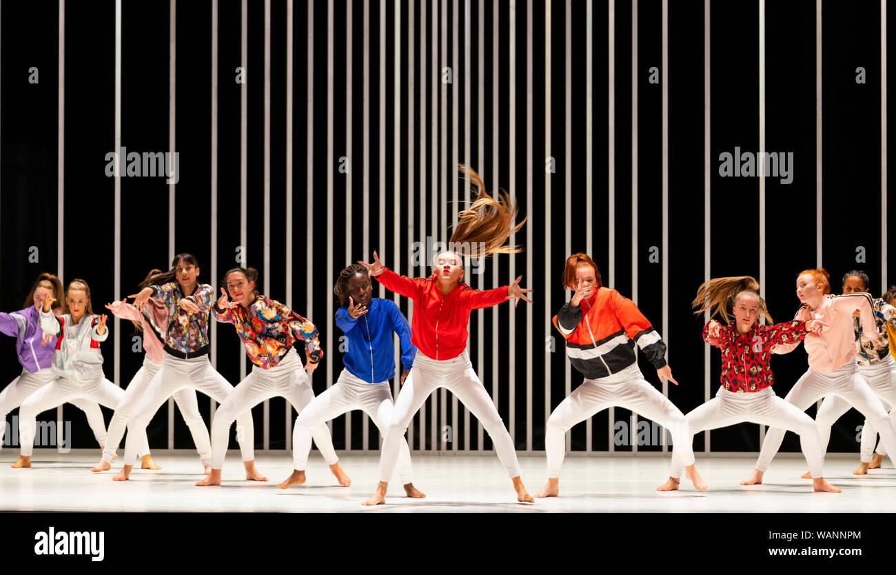 Edimburgo, Escocia, Reino Unido. 21 de agosto de 2019. Foto; jóvenes bailarines locales formando la Scottish ÒSugar ArmyÓ actuando en duro para ser suave: una oración de Belfast por Oona Doherty y Prime Cut Productions en el Teatro Liceo, en el festival internacional de Edimburgo. Difícil ser blando es una pieza de danza que se ve detrás de las máscaras de la violencia y el machismo a la vida interior de Belfast, hombres duros y mujeres fuertes. Emitidos en cuatro episodios, difícil de ser blandos características solos de Doherty misma, un guerrero-como el hip-hop, y un grupo de baile coreografiado wrestling match para un dúo masculino. Iain Masterton/Alamy Live News. Foto de stock