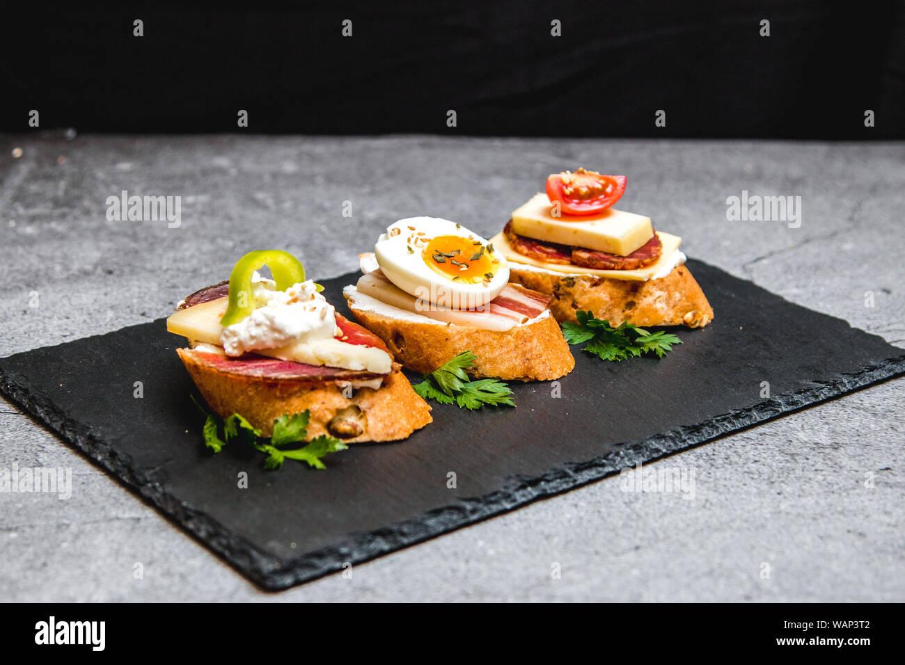Tres bruschettes para brunch familiar Foto de stock