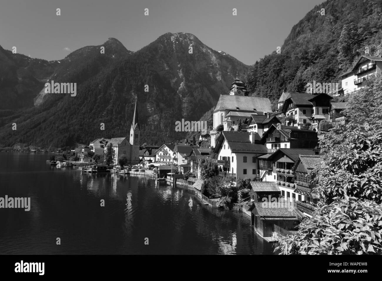 Hallstatt pequeña ciudad como postal Vista sobre lago Foto de stock