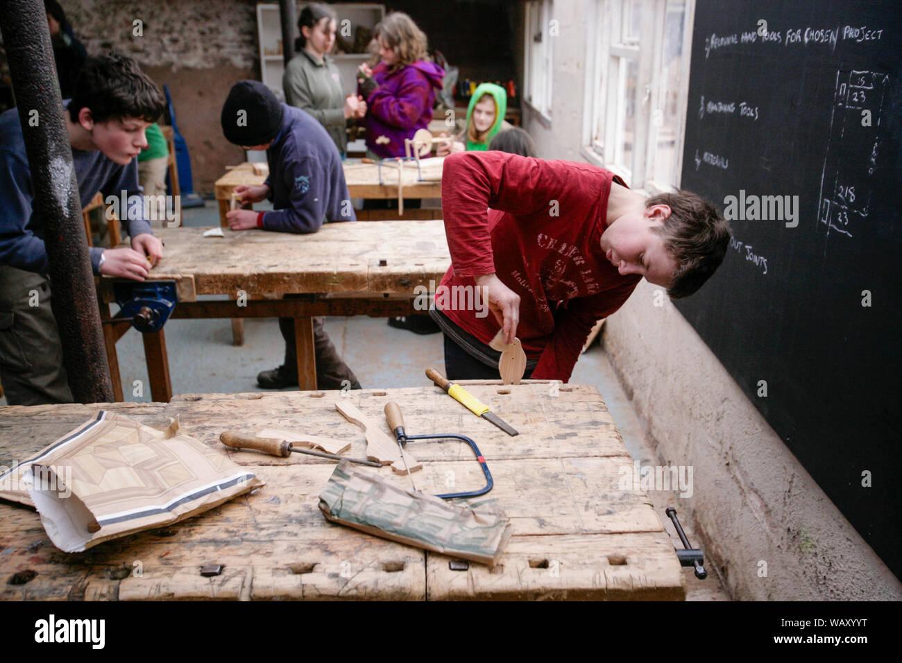 Los alumnos de la clase de carpintería en la escuela de Steiner Waldorf en Hereford, REINO UNIDO Foto de stock