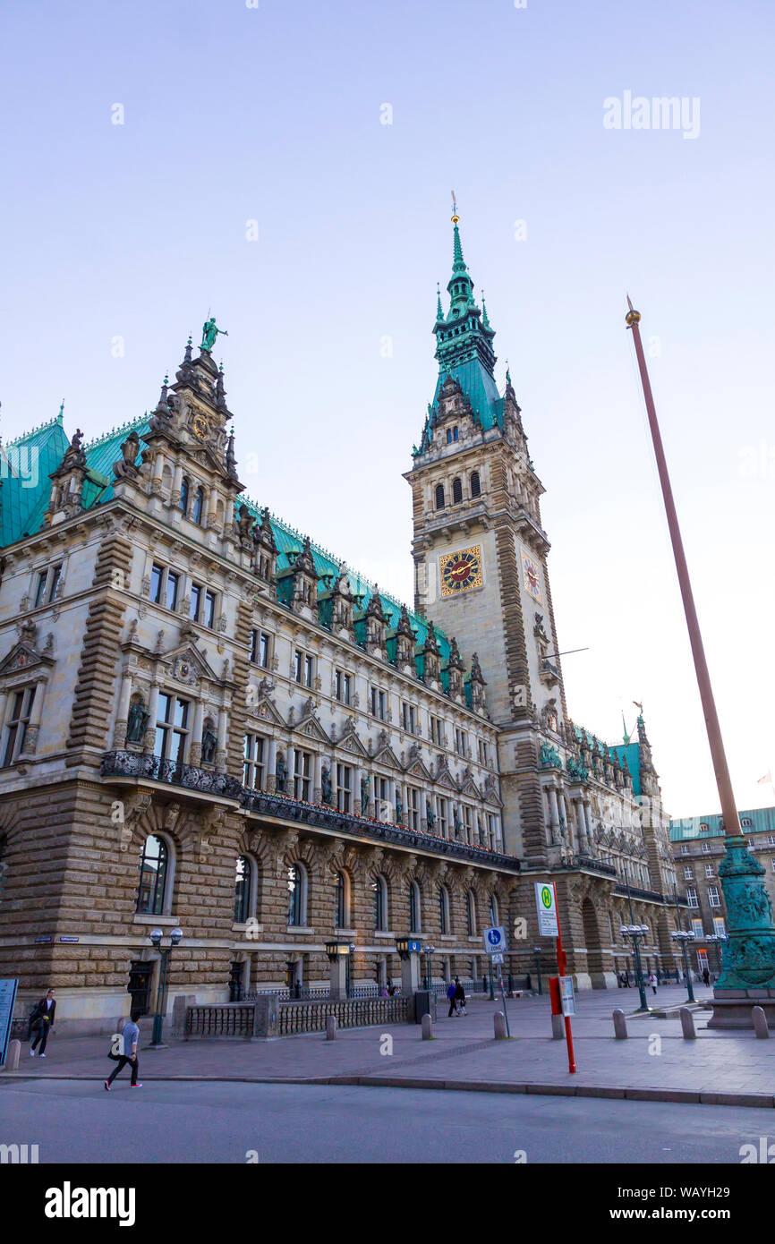 Hamburgo, Alemania - 25 de junio de 2014: Hamburgo el Ayuntamiento en la plaza del mercado (Rathausmarkt). Es la sede del gobierno local de la Ciudad Libre y Hanseática de Foto de stock