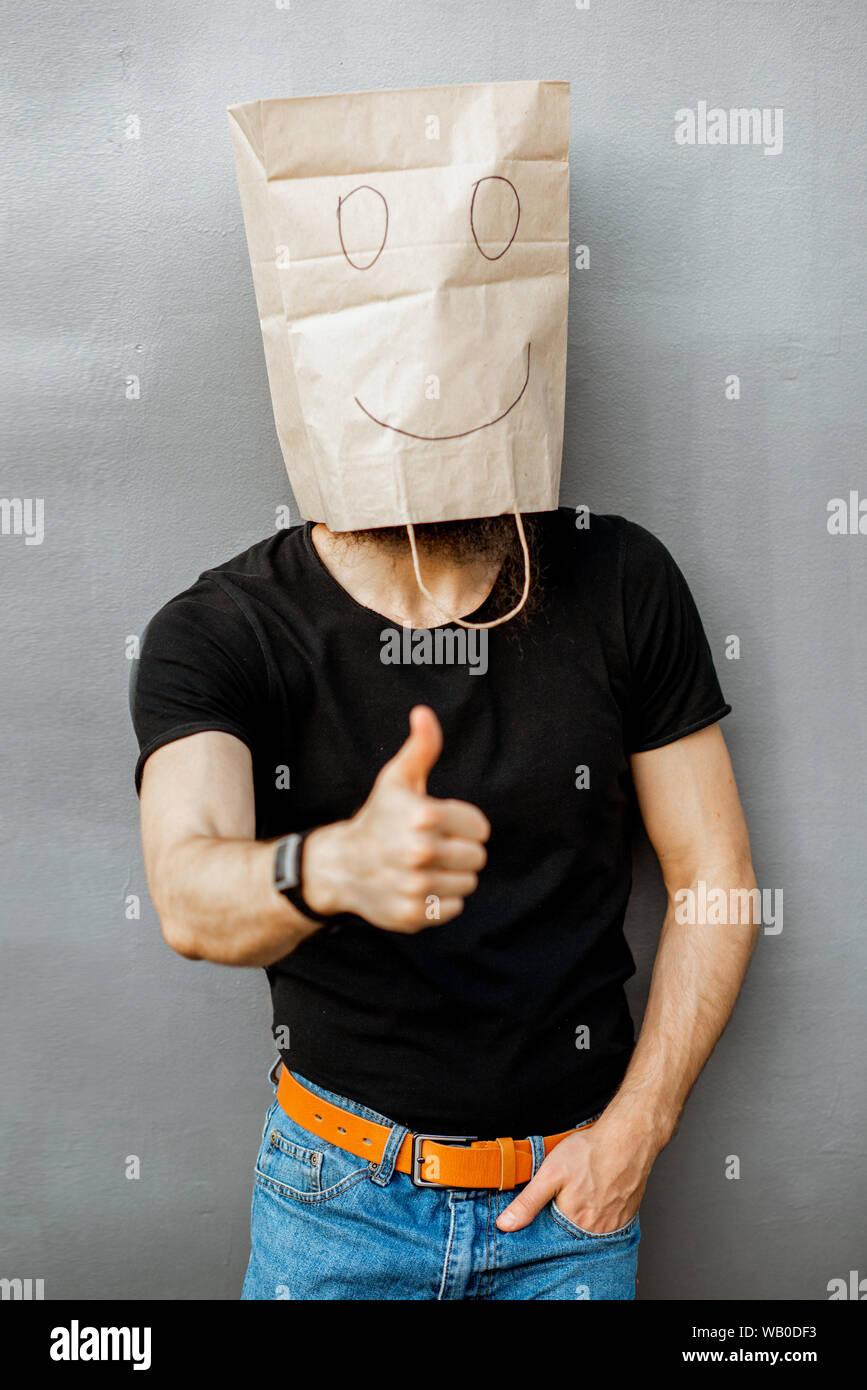 Retrato de un hombre con la bolsa de papel sobre su cabeza