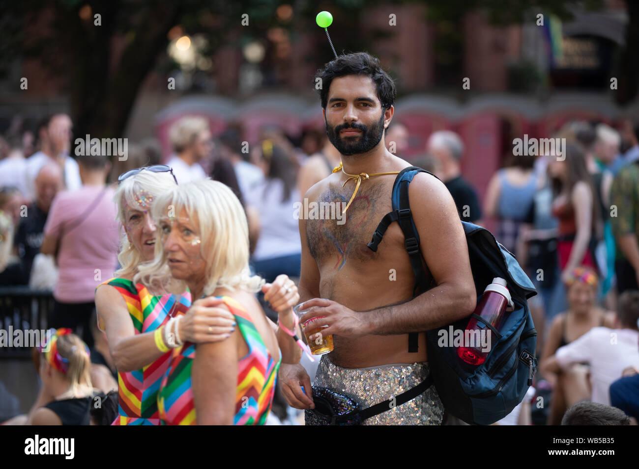 Charlie de Melo, actor, atiende el orgullo de Manchester. Orgullo de Manchester está organizada para celebrar una gran variedad de sexualidades. Crédito: Jonathan Nicholson/Alamy Live News. Foto de stock