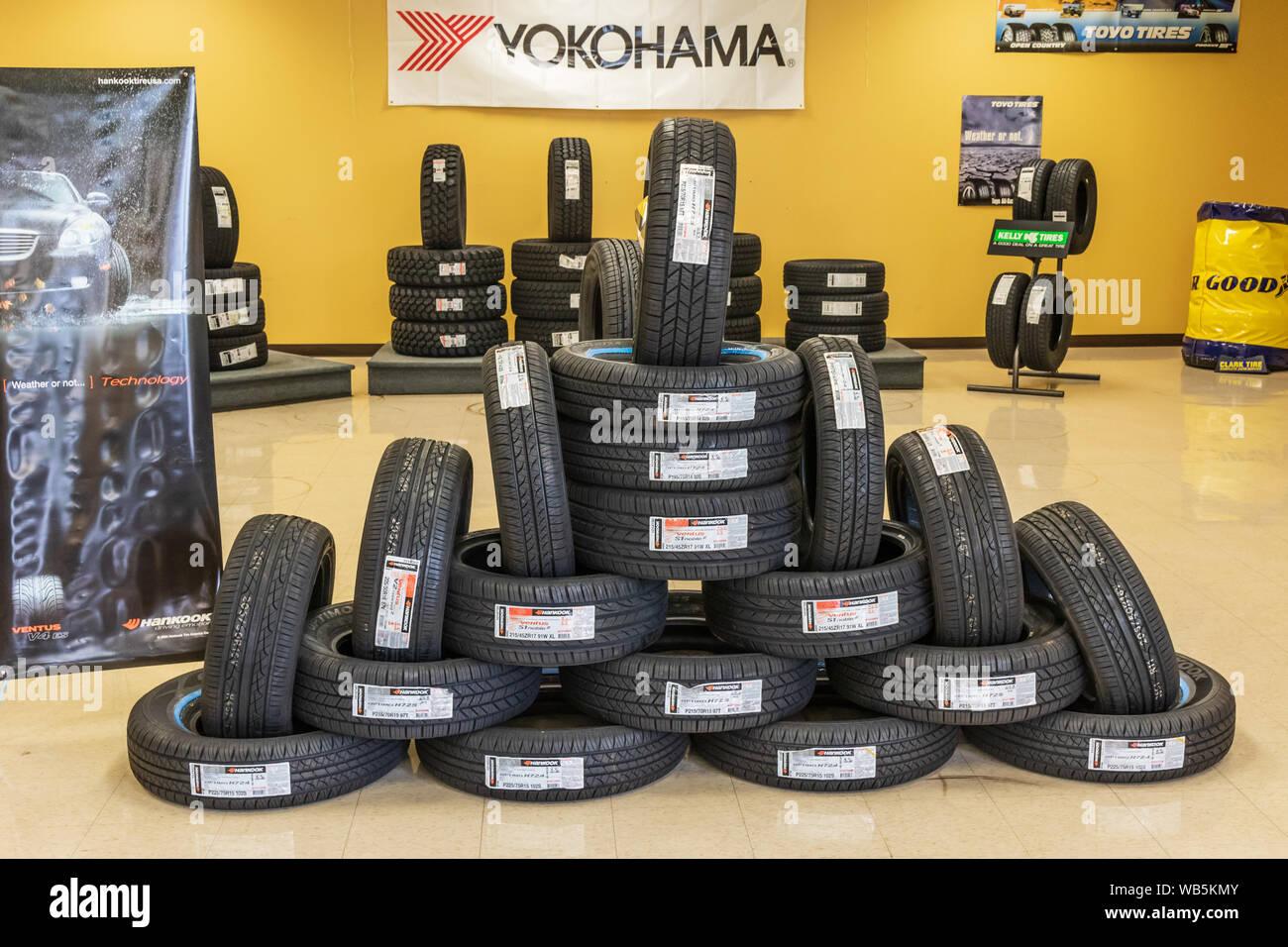 HICKORY, NC, EE.UU. al 25 de junio de 2018: una interesante muestra de auto neumáticos Hankook marca, principalmente, en el suelo de un neumático y taller de reparación de automóviles. Foto de stock