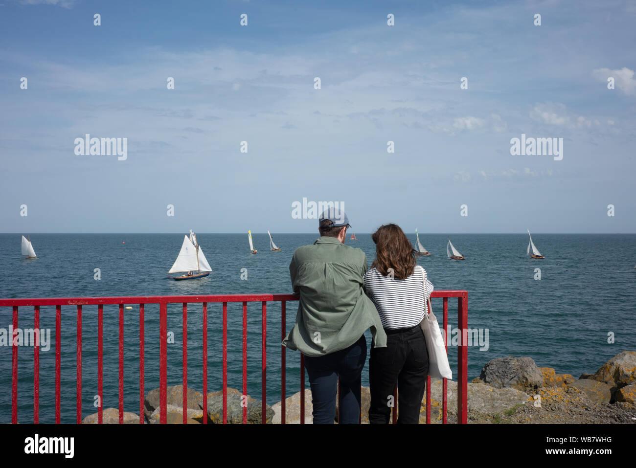 Una pareja mirando a la bahía de Dublín, Irlanda. Foto de stock
