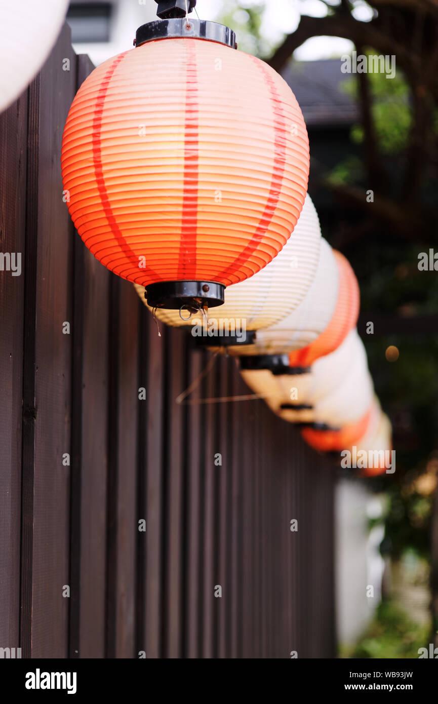 Vista en perspectiva de una hilera de linternas de papel japonés Foto de stock
