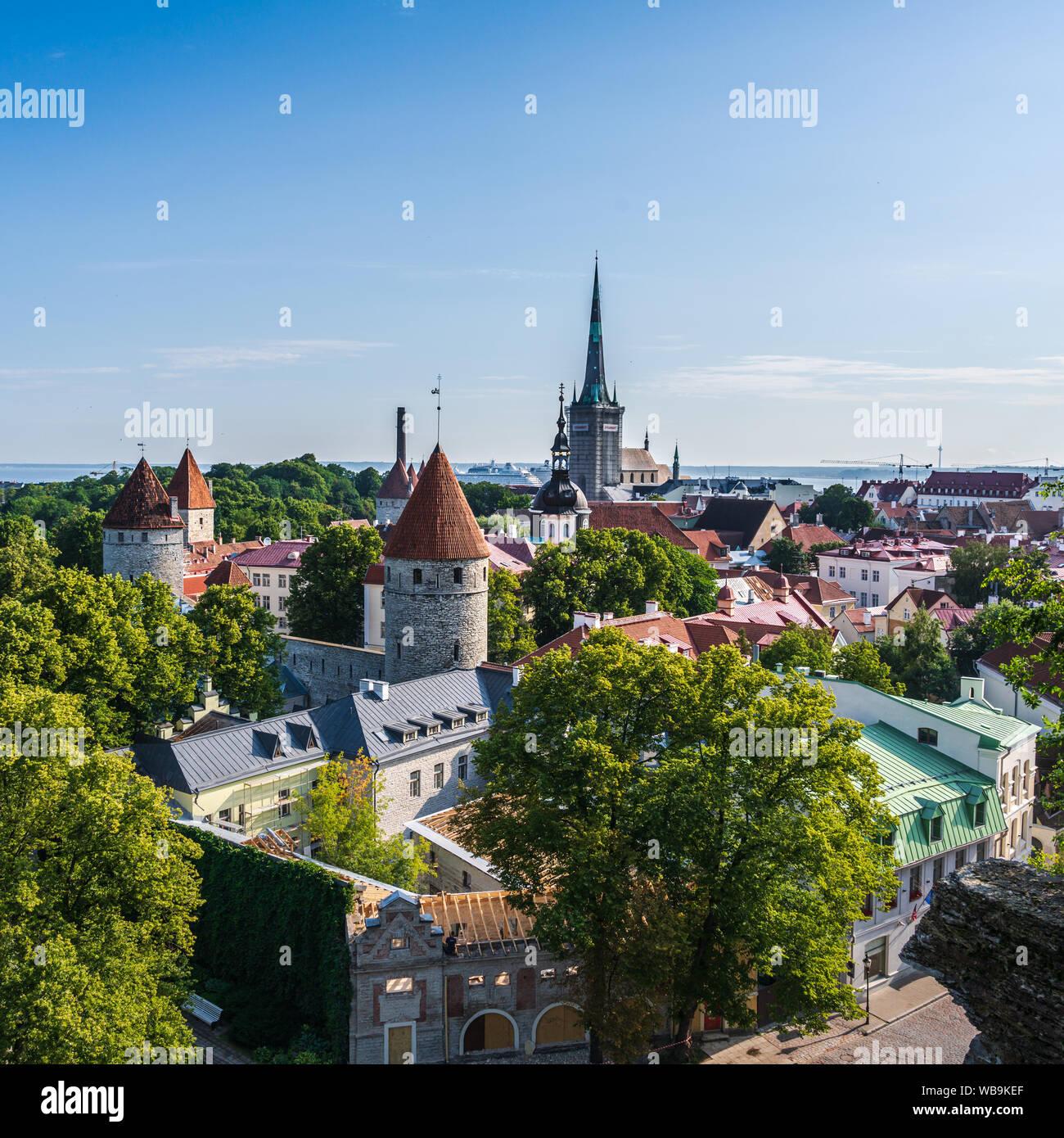 Tallinn, Estonia -- 23 de julio de 2019. Una foto mirando hacia abajo en Tallin desde un cerro de piedra caliza con vistas a la plaza del pueblo. Foto de stock