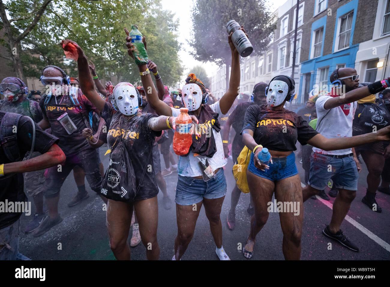 Londres, Reino Unido. El 25 de agosto de 2019. Jouvert desfile comienza el carnaval de Notting Hill 2019 fiestas con los tradicionales de pintura, aceite y polvo coloreado ser arrojado a los sonidos de los tambores africanos y el ritmo de las bandas. Crédito: Guy Corbishley / Alamy Live News Foto de stock