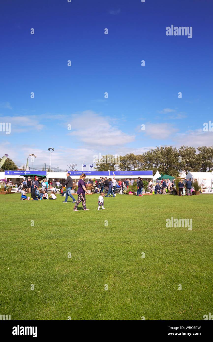 Las personas mirando los expositores muestra en el 2019 Southport Flower Show. Foto de stock