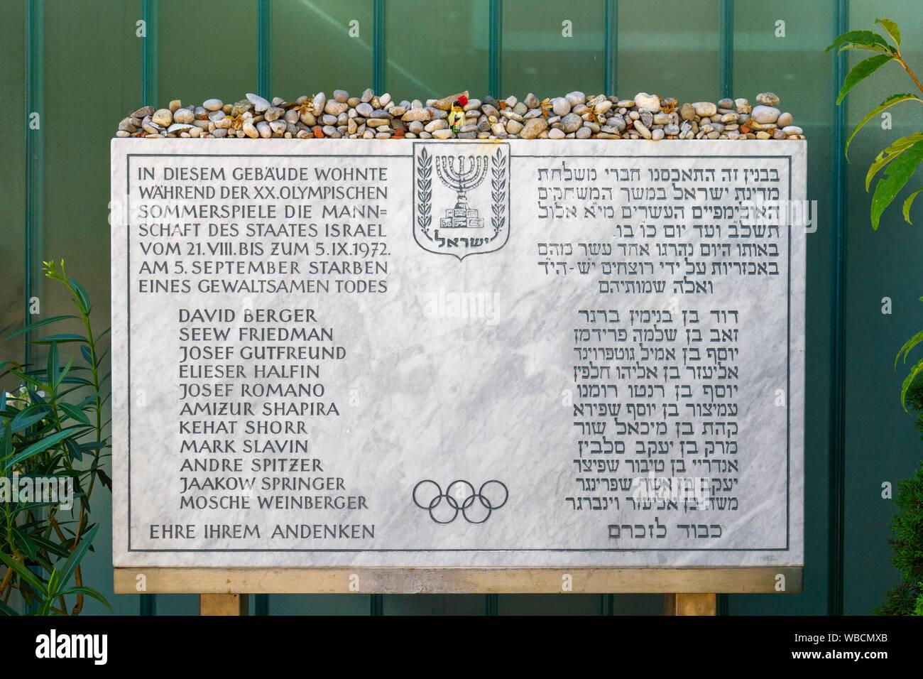 Memorial fuera Connollystraße 31, sitio de la masacre de Múnich durante los Juegos Olímpicos de Verano de 1972 en Munich, Alemania. Foto de stock