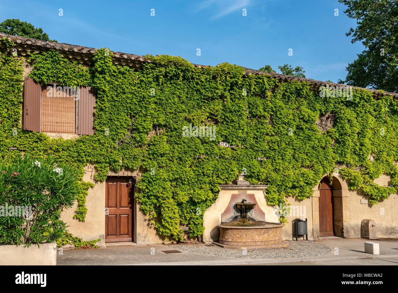 Fuente, La société du Canal de Provenza Le Tholonet auf der Route Cezanne , Provence, Francia Foto de stock