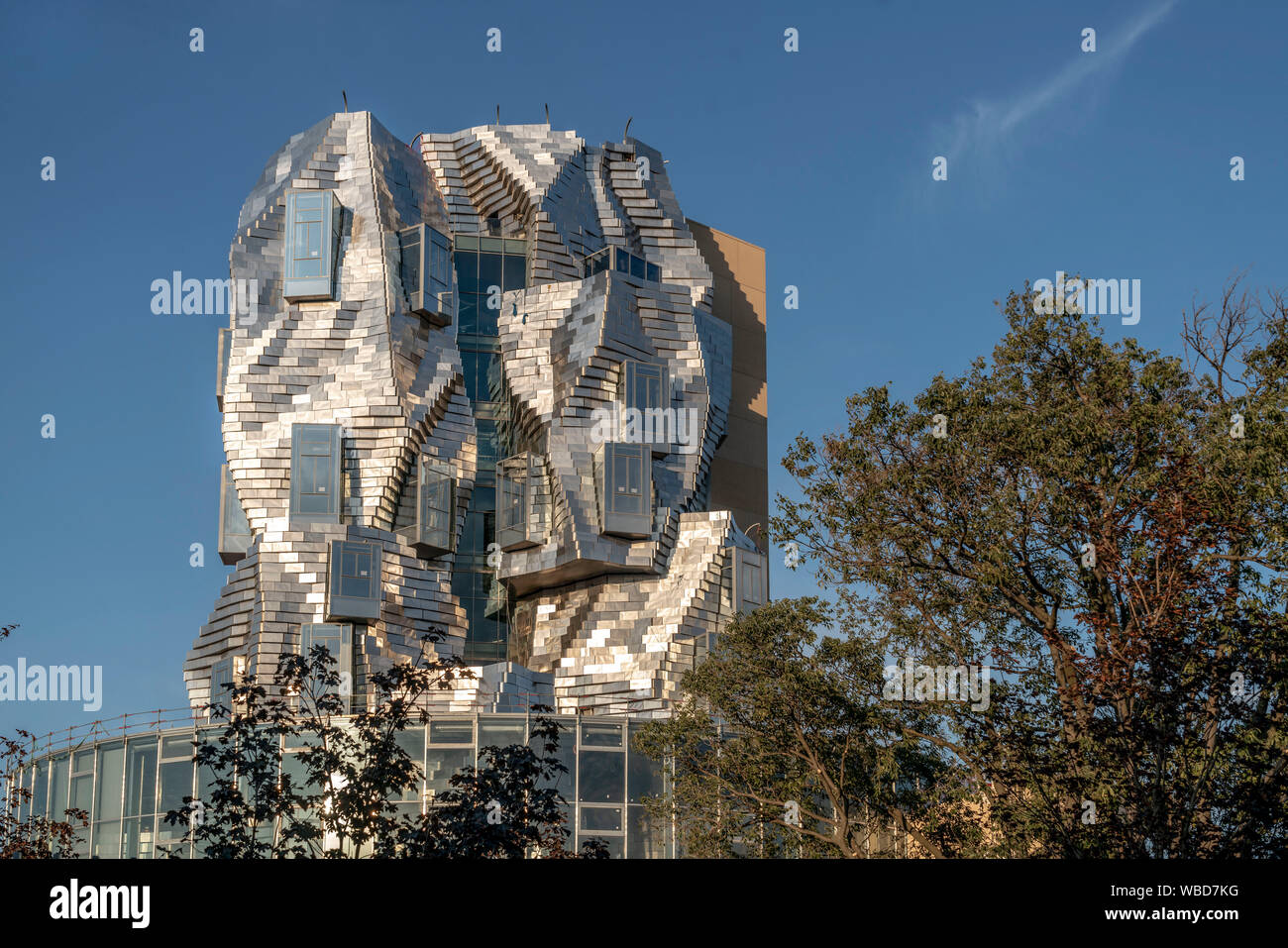 LUMA Arles, centro de cultura por el arquitecto Frank Gehry Arles, Provence, Francia Foto de stock