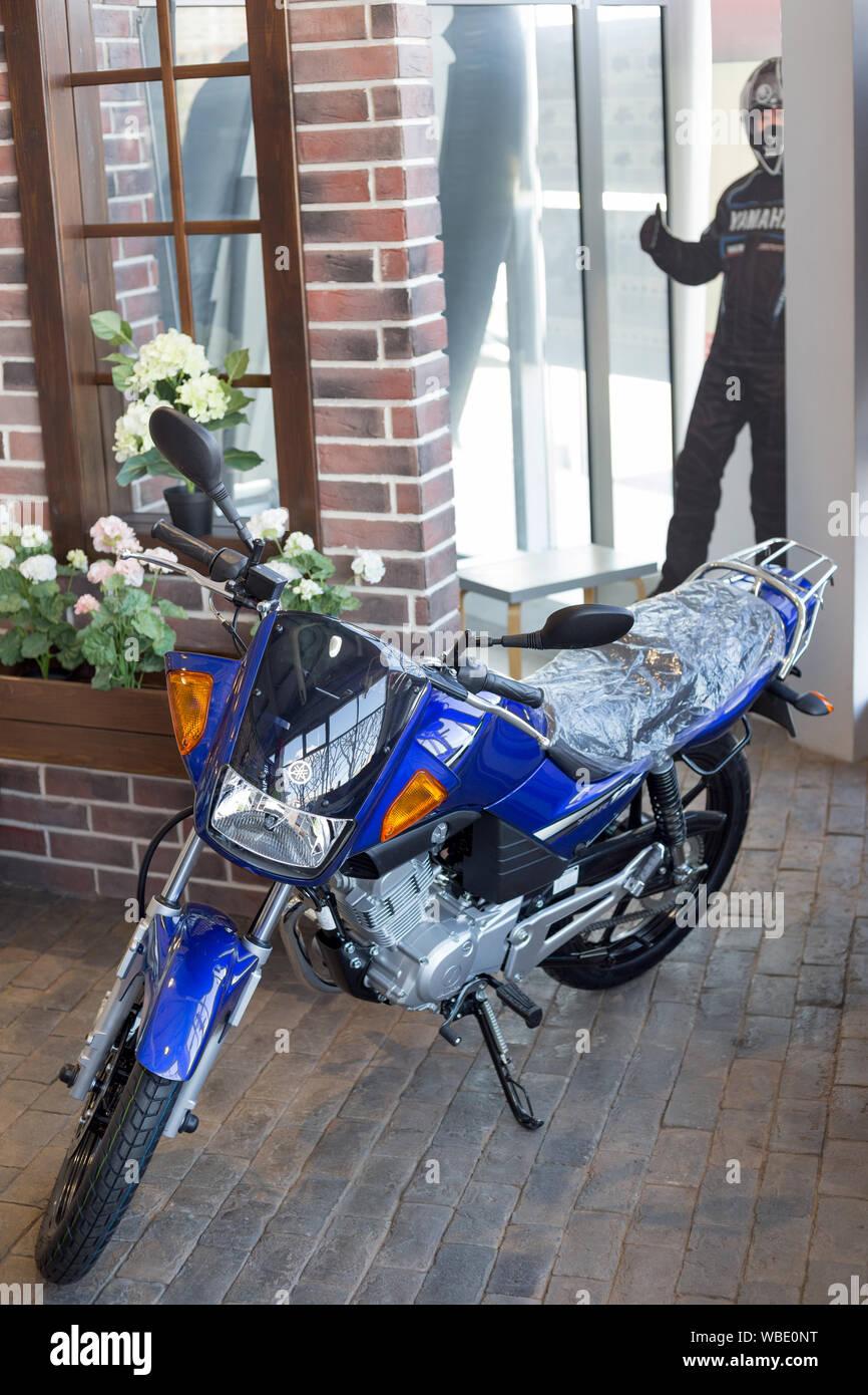 Rusia, Izhevsk - Agosto 23, 2019: motocicleta Yamaha shop. Nueva moto YBR125 está de pie sobre un piso de piedra. La famosa marca mundial. Foto de stock