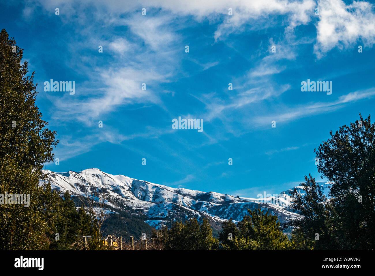 Villa Meliquina, provincia de Neuquén, Patagonia. Bosques, montañas nevadas y cielo azul puro ofrecen paisajes de ensueño en el sur de Argentina. Foto de stock