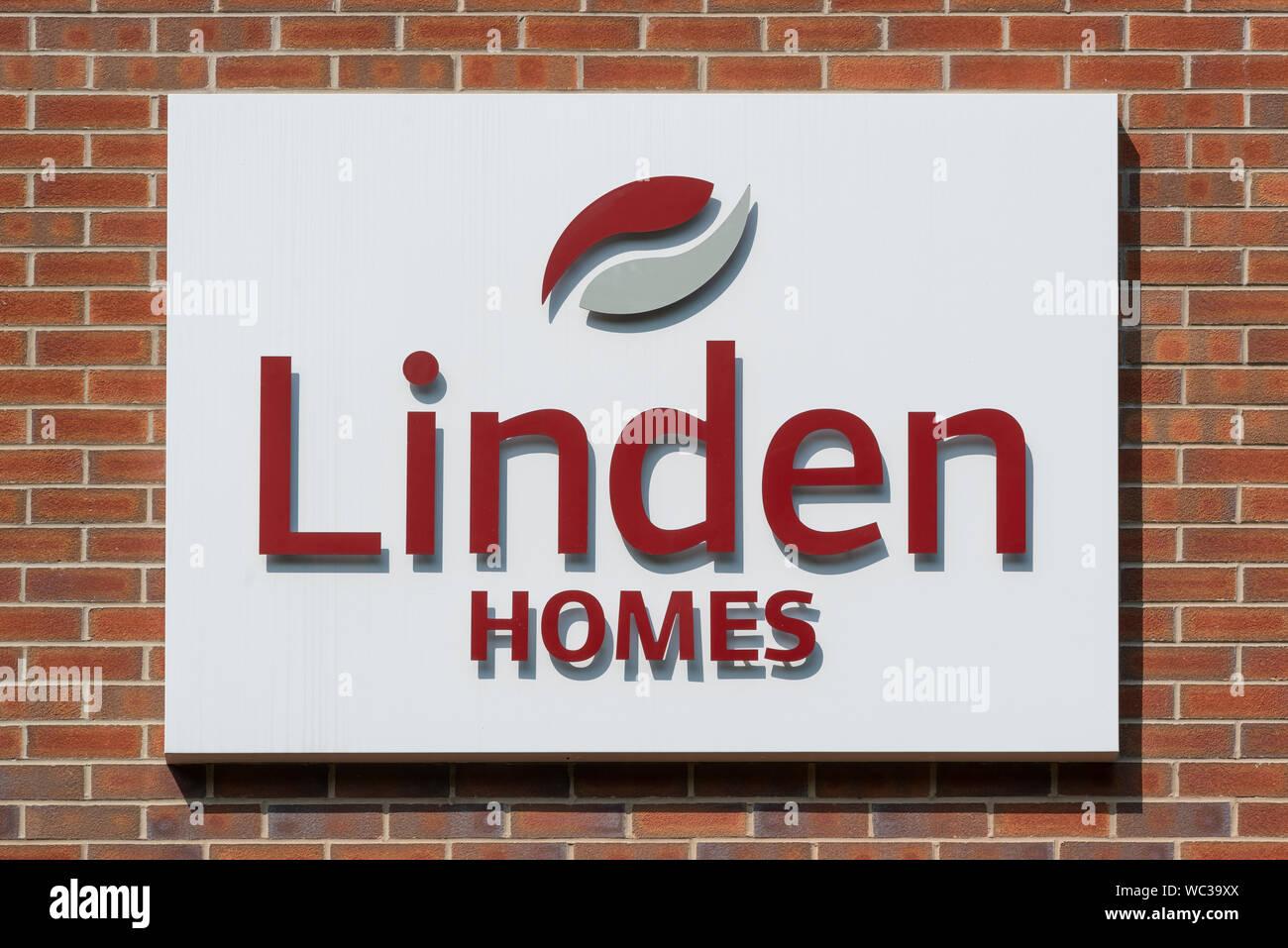 Los carteles indicando la venta de Linden Hogares Casas (parte de Galliford Try) ubicado en el área de Brunswick de Manchester, Reino Unido. (Sólo para uso editorial). Foto de stock