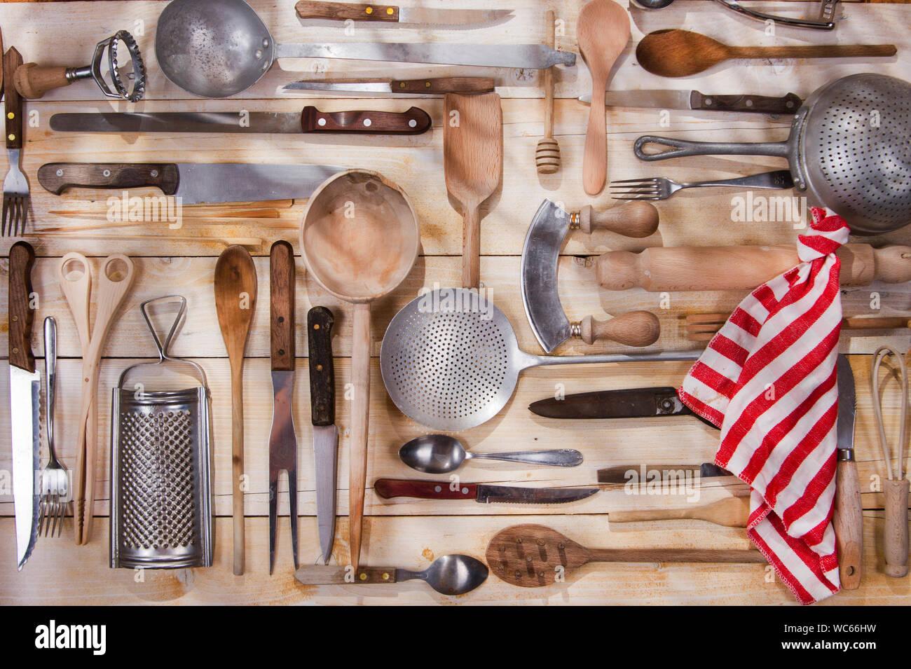 Diversos utensilios de cocina de madera colgantes Foto de stock