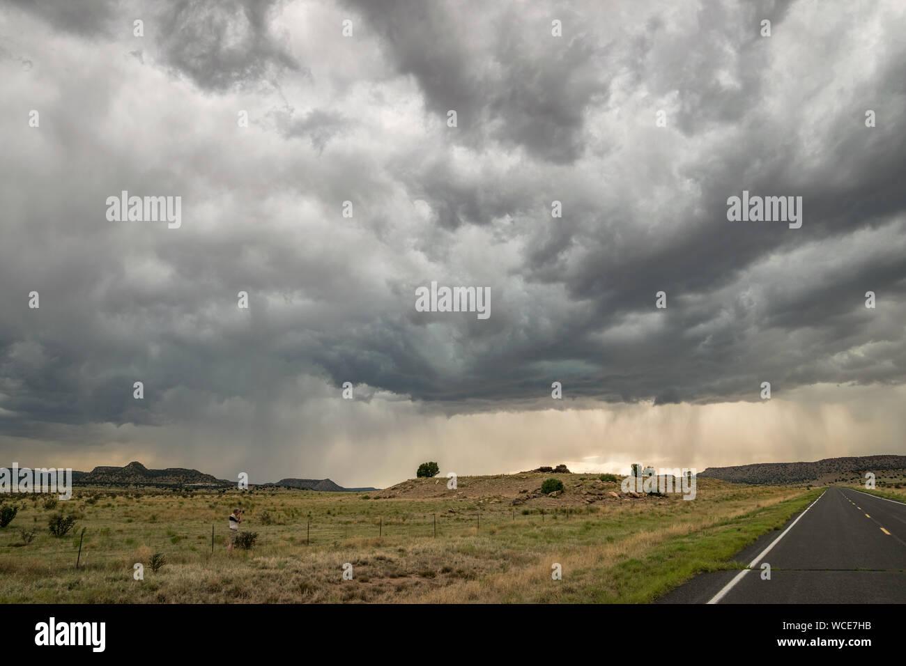 Espectacular cielo de tormenta en el extremo noreste de Nuevo México. Bellas nubes de tormenta sobre terrenos donde las altas planicies se convierte en un paisaje montañoso. Foto de stock