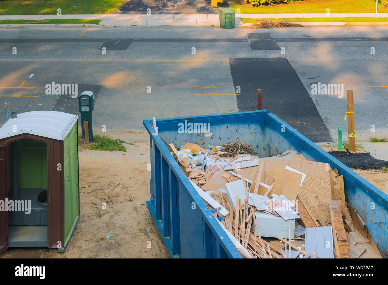 Banos Portatiles Para Casas.Remodelacion Construccion Construccion Azul Contenedor Lleno