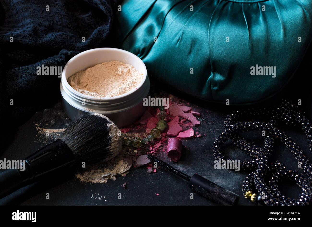 Un alto ángulo de visualización de productos de belleza con collar en la tabla Foto de stock