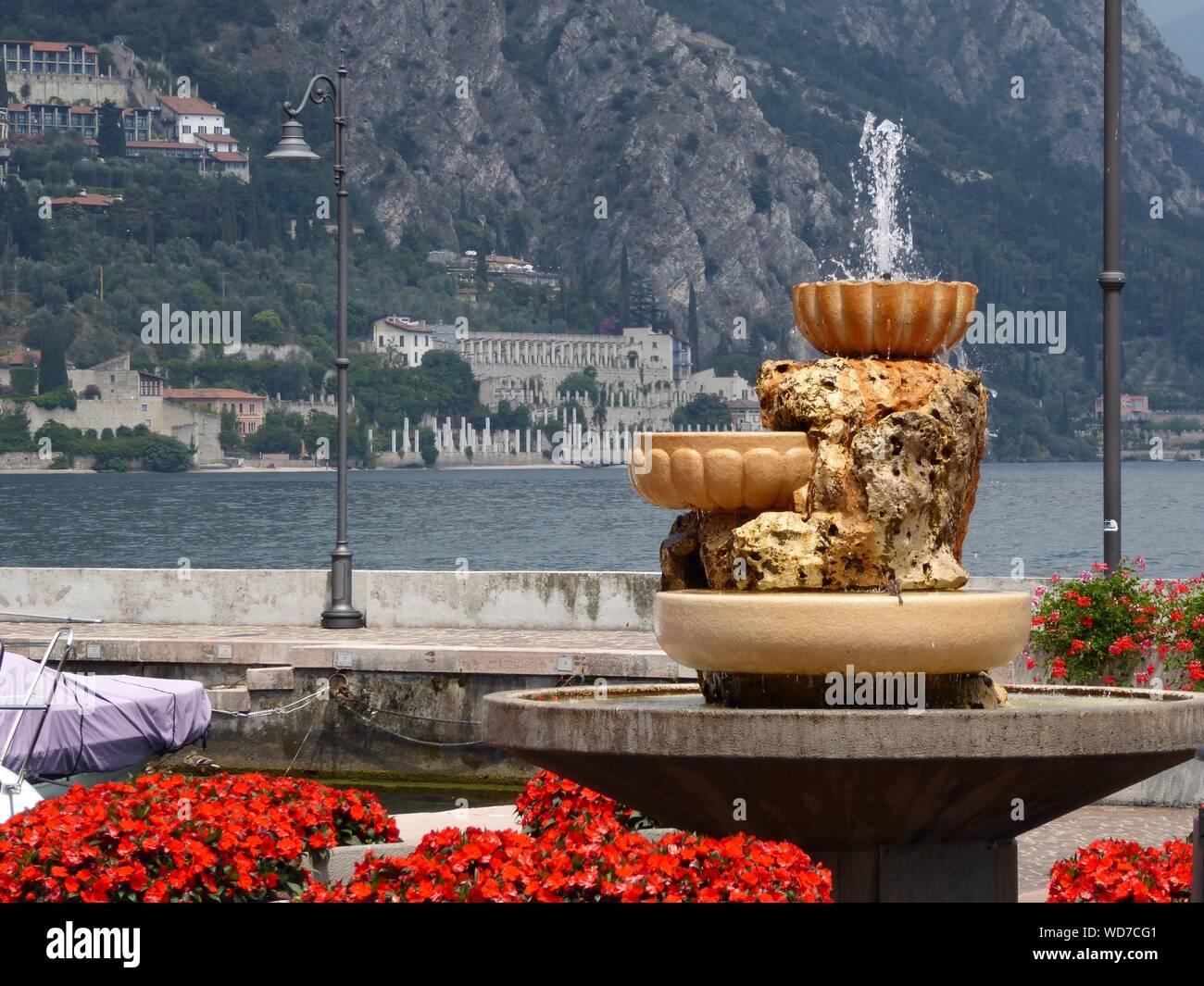 Fuente de Lago de Garda en contra de montaña Foto de stock