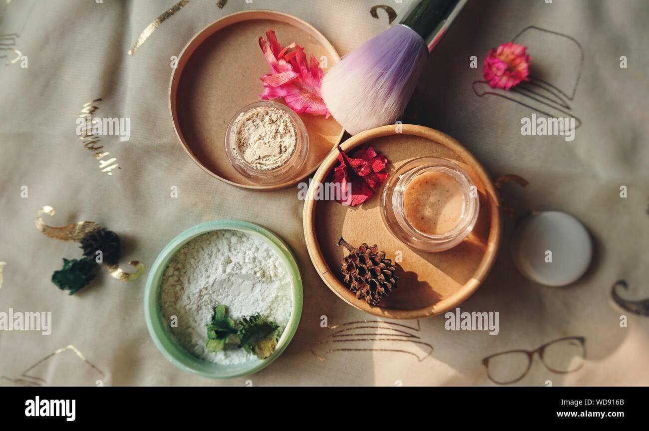 Un alto ángulo de visualización de productos de belleza en la tabla Foto de stock