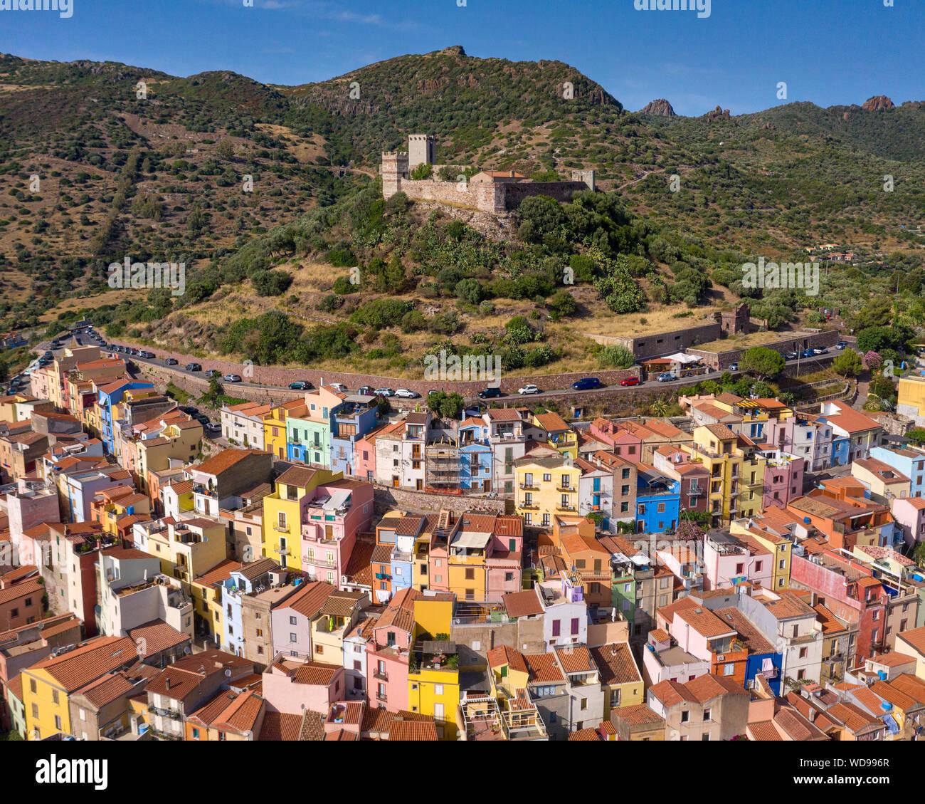 Castillo en la ciudad medieval de Bosa, Cerdeña, Italia. Características coloridas casas en la ladera de la colina del castillo. Foto de stock