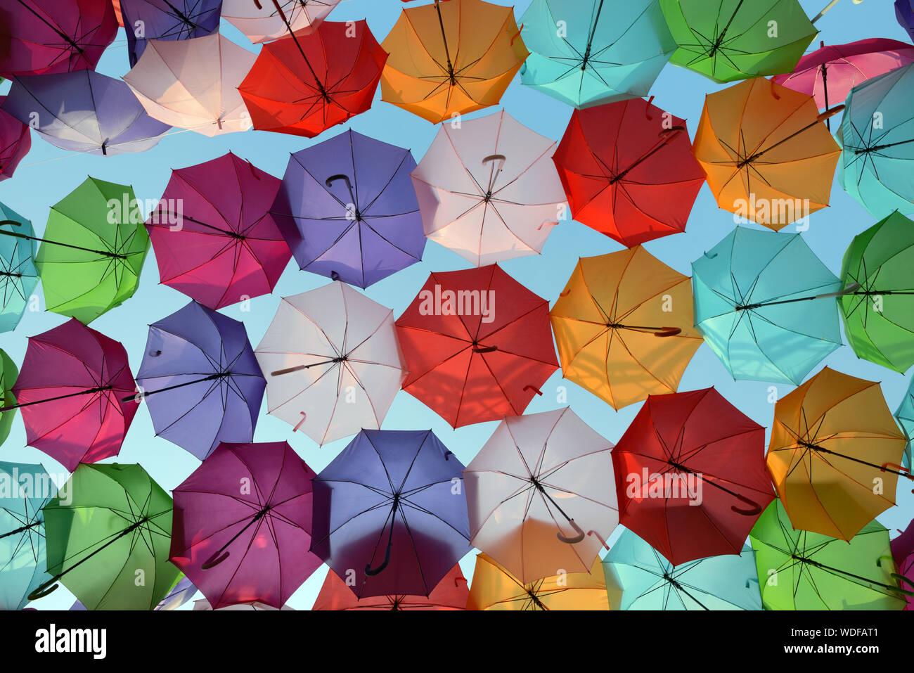 Coloridas sombrillas o paraguas colgando sobre el lugar, François VILLON, por artista Patricia Cunha paraguas Sky Project instalación de arte, Aix-en-Provence Foto de stock