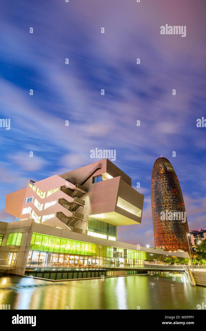 Edificio Agbar y el Museo del diseño de Barcelona, Barcelona, España Foto de stock