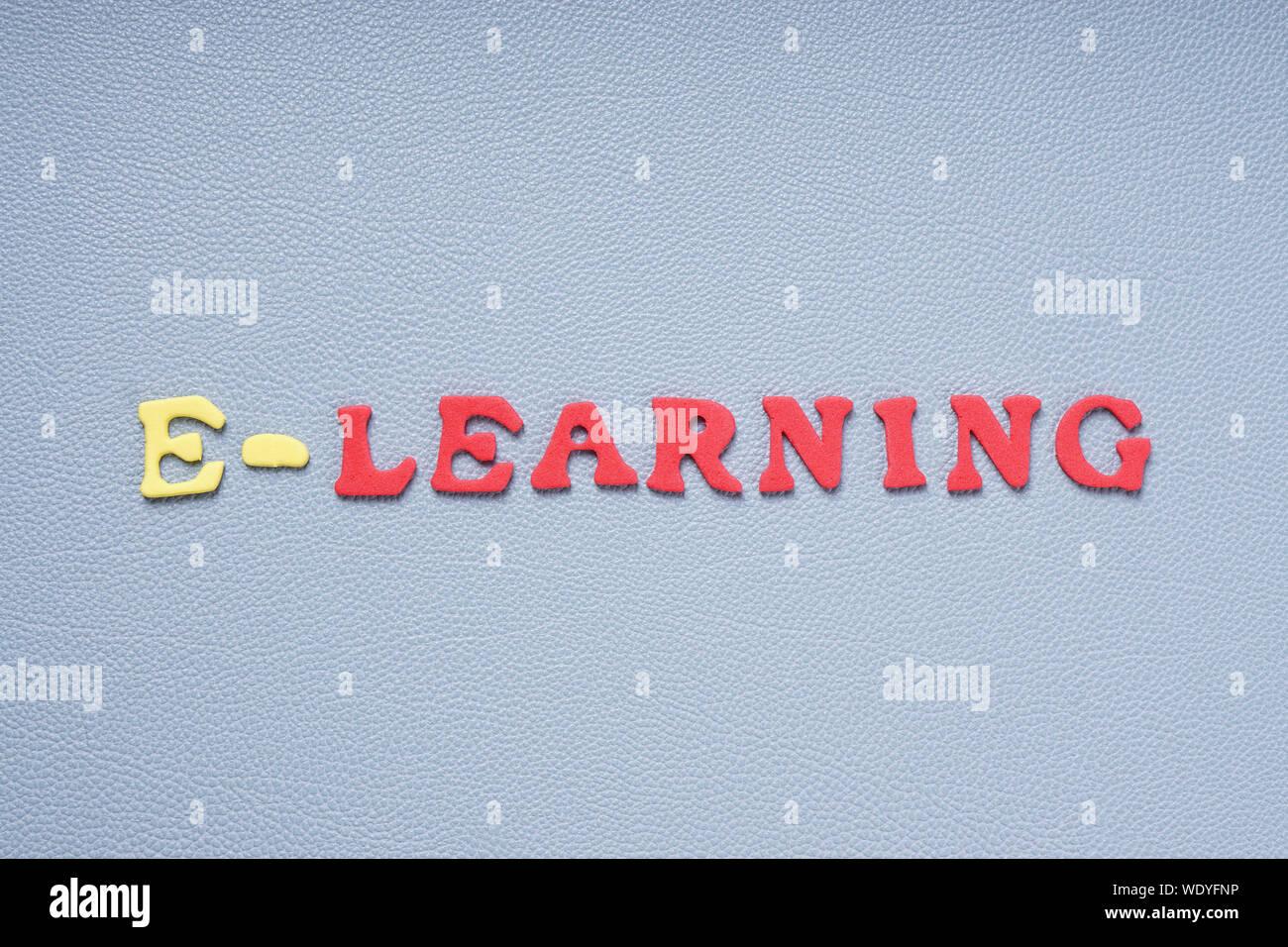 Texto de e-learning sobre fondo gris Foto de stock
