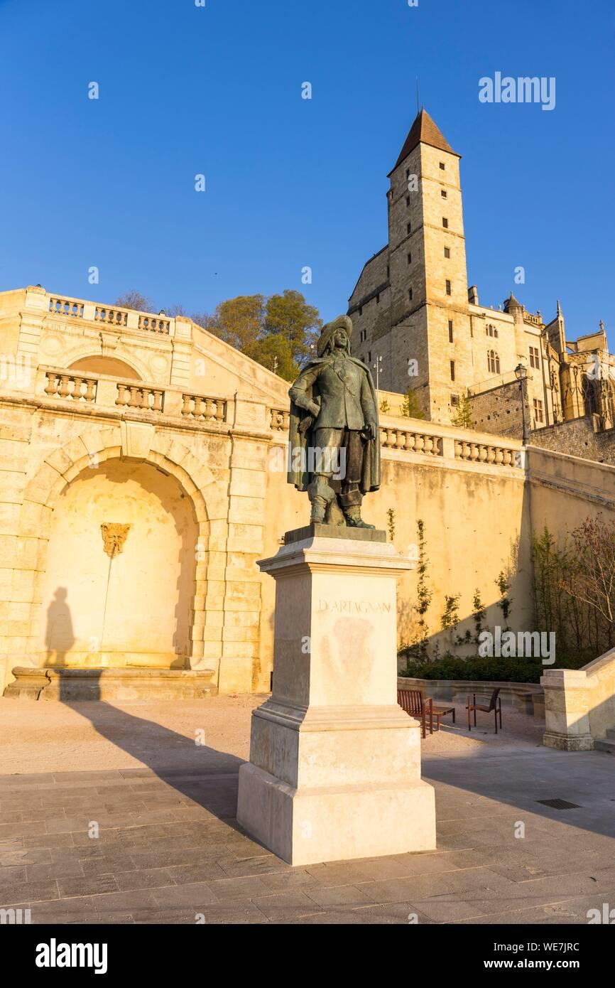 Francia, Auch Gers, parada en el Camino de Santiago, D'Artagnan estatua, Escalier Monumental y la Tour d'Armagnac Foto de stock