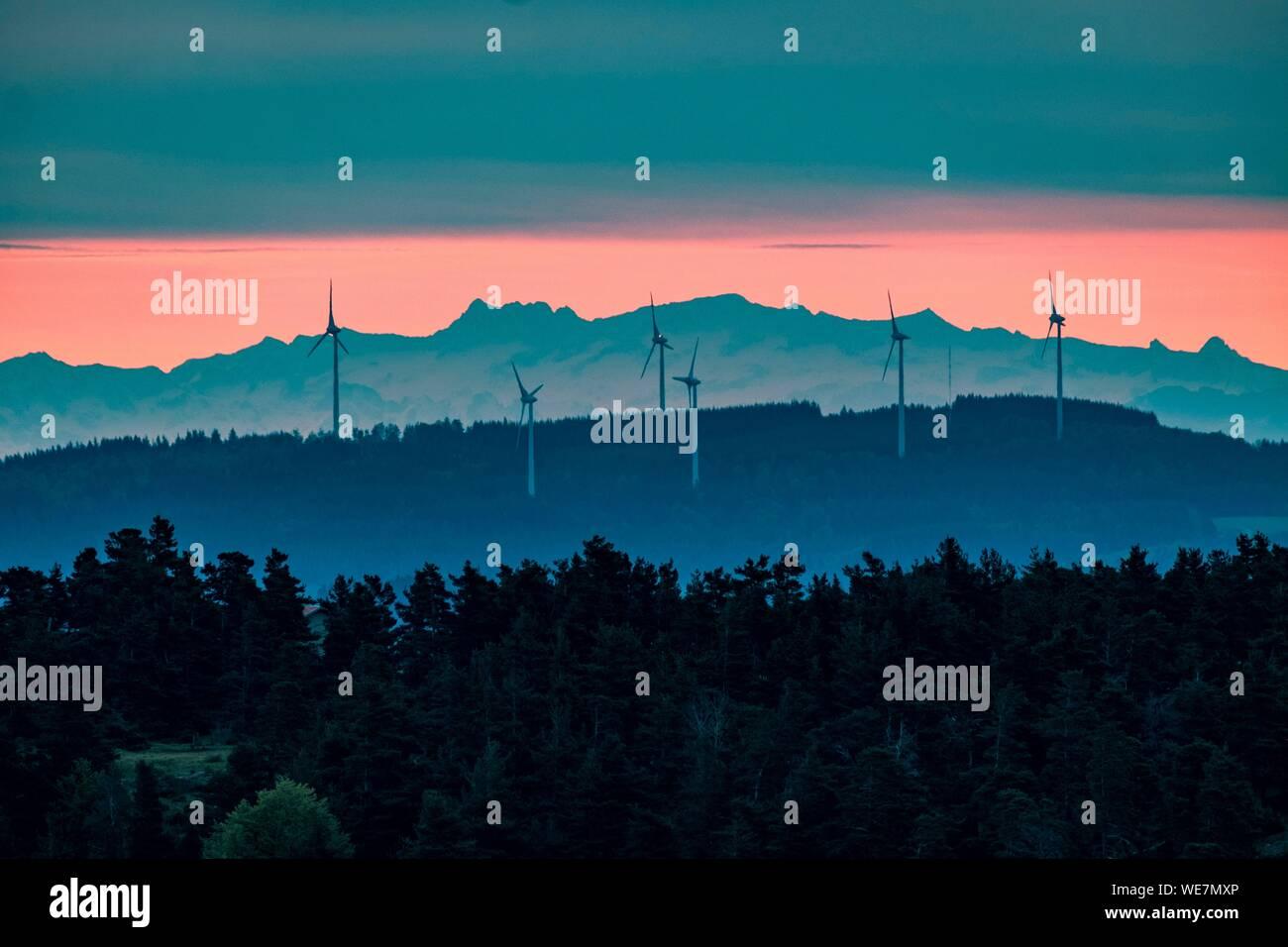 Francia, Ardèche, Parc Naturel Regional des Monts d'Ardeche (Regional reserva natural de los Montes de Ardèche), parque eólico ans Alpes montañas, Vivarais, absorben zona Foto de stock