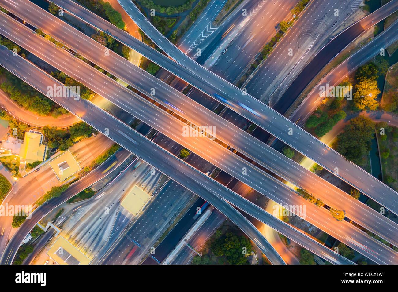 Vista aérea por encima de la autopista, los cruces de carreteras en el día. La intersección de la autopista El viaducto de la carretera de circunvalación exterior oriental de Bangkok. Foto de stock