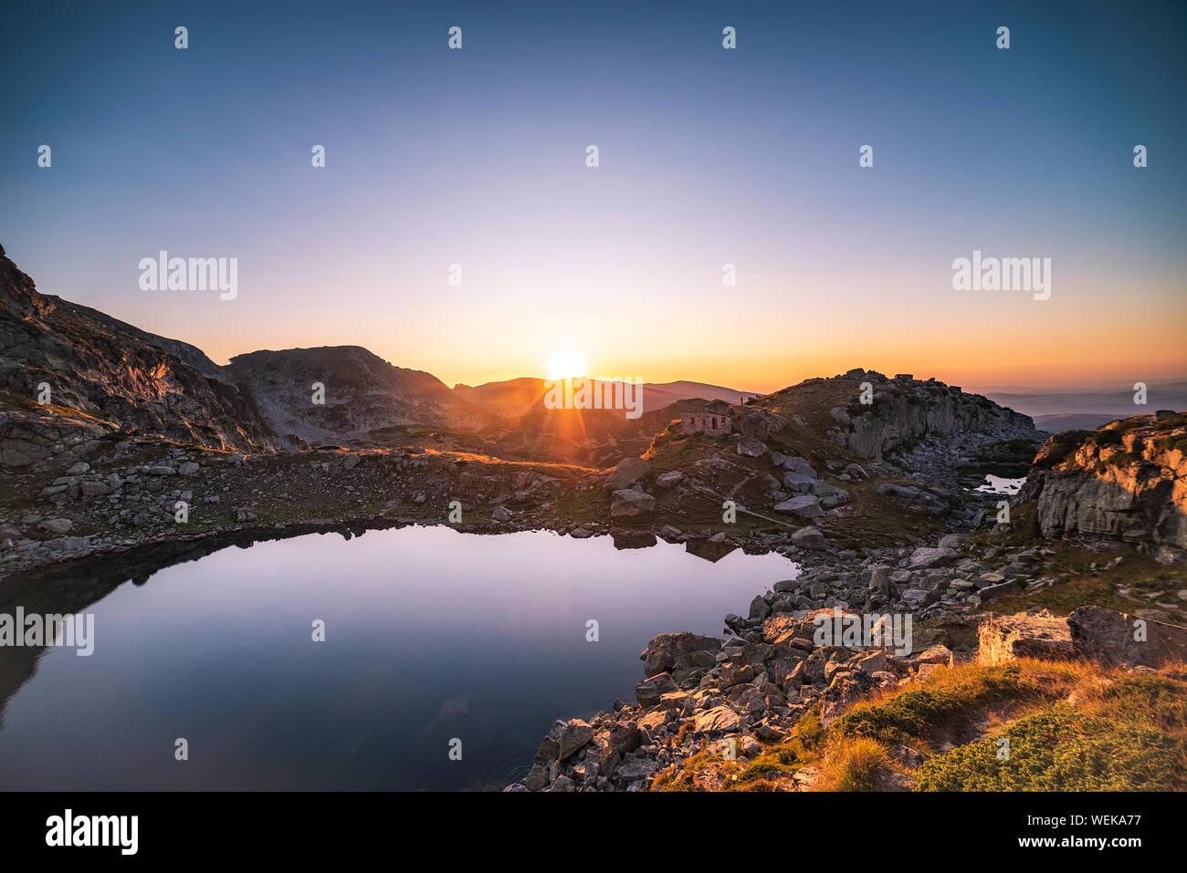 Increíble paisaje del lago de miedo durante el verano cálido atardecer, parque nacional de la montaña de Rila, Bulgaria Foto de stock