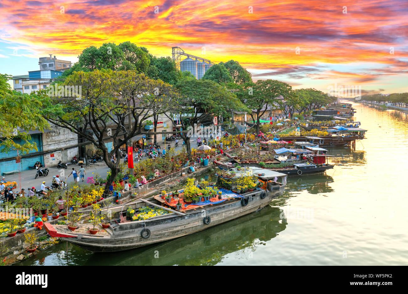 Sunset EMBARCADERO embarcadero junto al canal del mercado de flores. Este es el lugar los agricultores venden albaricoque y otras flores en el Año Nuevo Lunar en Ciudad Ho Chi Minh, Vietnam Foto de stock