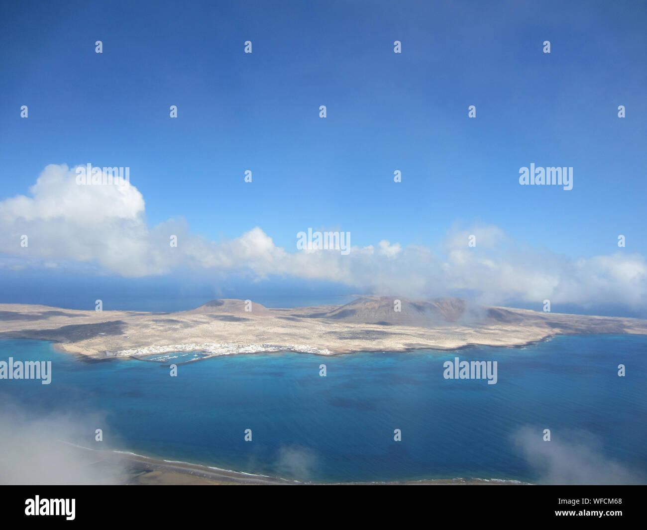 Vista aérea del paisaje y el mar contra el cielo azul Foto de stock