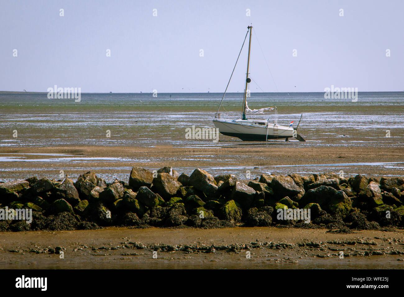 El Mar de Wadden, con su fascinante interacción de marea alta y baja o, en otras palabras, flujo y reflujo, y le da una gran vista en el suelo del mar, el Foto de stock