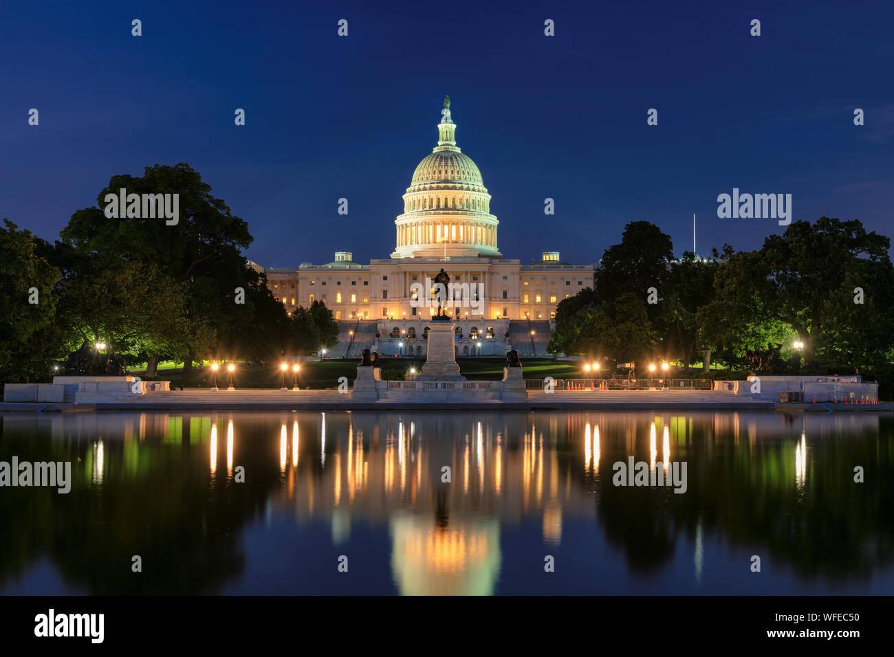 El edificio del Capitolio de los Estados Unidos en la noche Foto de stock