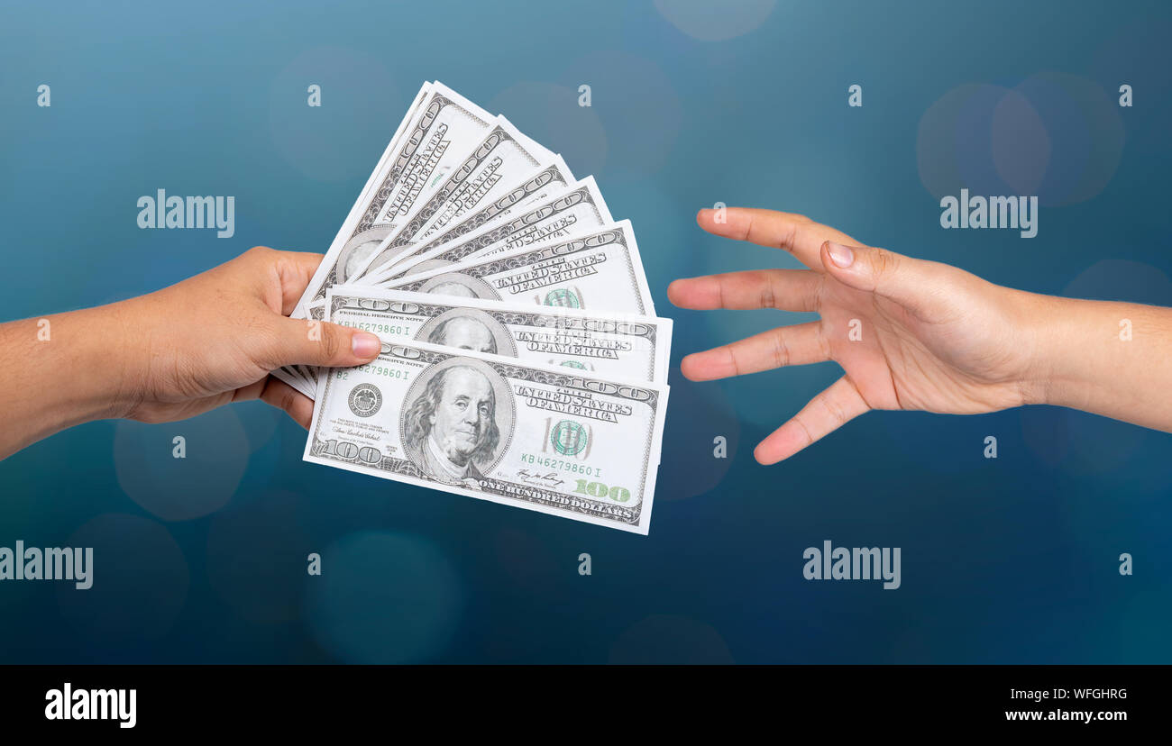 Los empresarios mano para enviar dinero, billetes de banco, coger el dinero, conceptos de pago Foto de stock