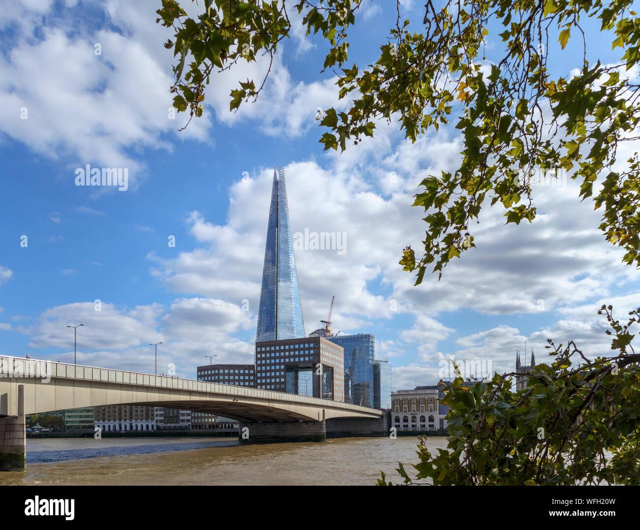 Vista desde el camino del Támesis en la orilla norte del Puente de Londres, mirando al sur por el río Támesis hasta el Shard y el Banco del Sur en Southwark, London SE1 Foto de stock