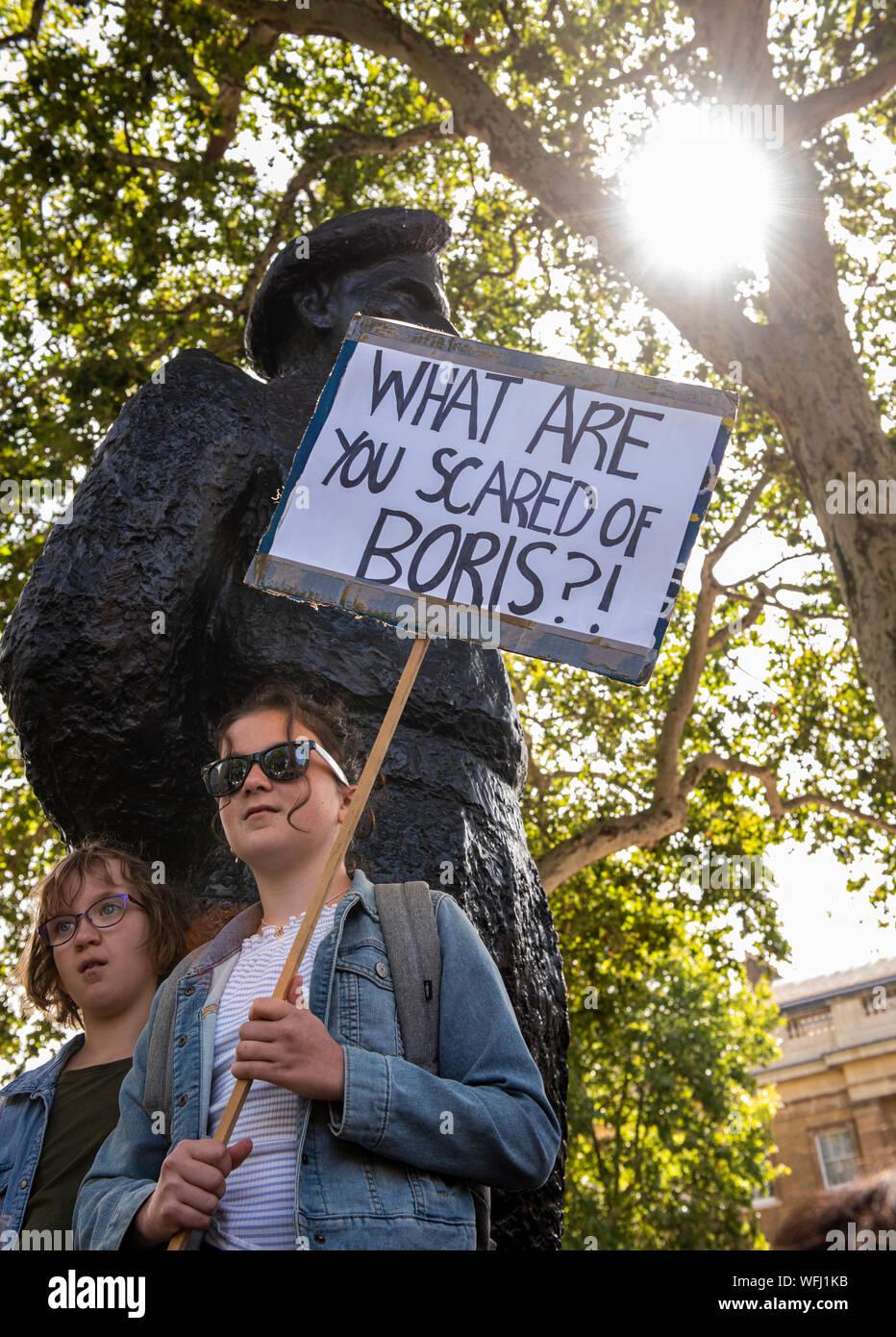 """Los manifestantes adolescentes con pancarta a 'Detener el golpe de Estado, la defensa de la democracia"""" protesta en frente de la estatua fuera de Downing Street, Londres, Reino Unido, 31 de agosto de 2019 Foto de stock"""