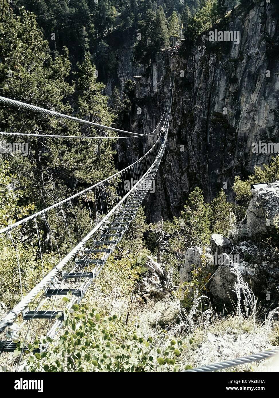 Ponte Tibetano Cesana Claviere contra la Montaña Foto de stock