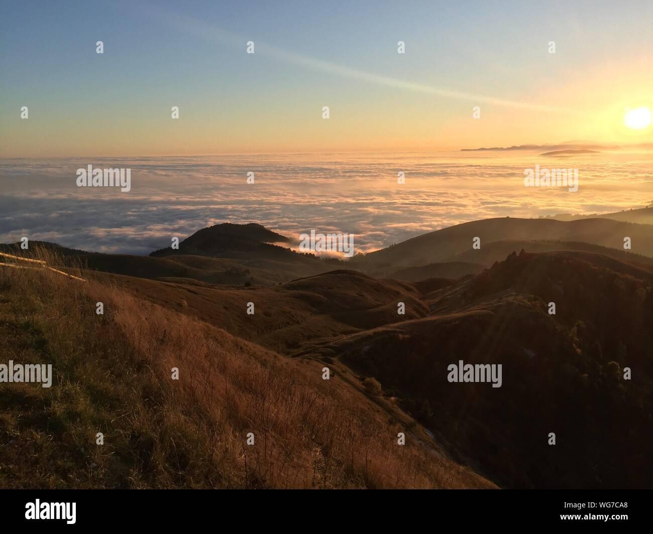 Vista panorámica del paisaje contra el cielo durante la puesta de sol Foto de stock