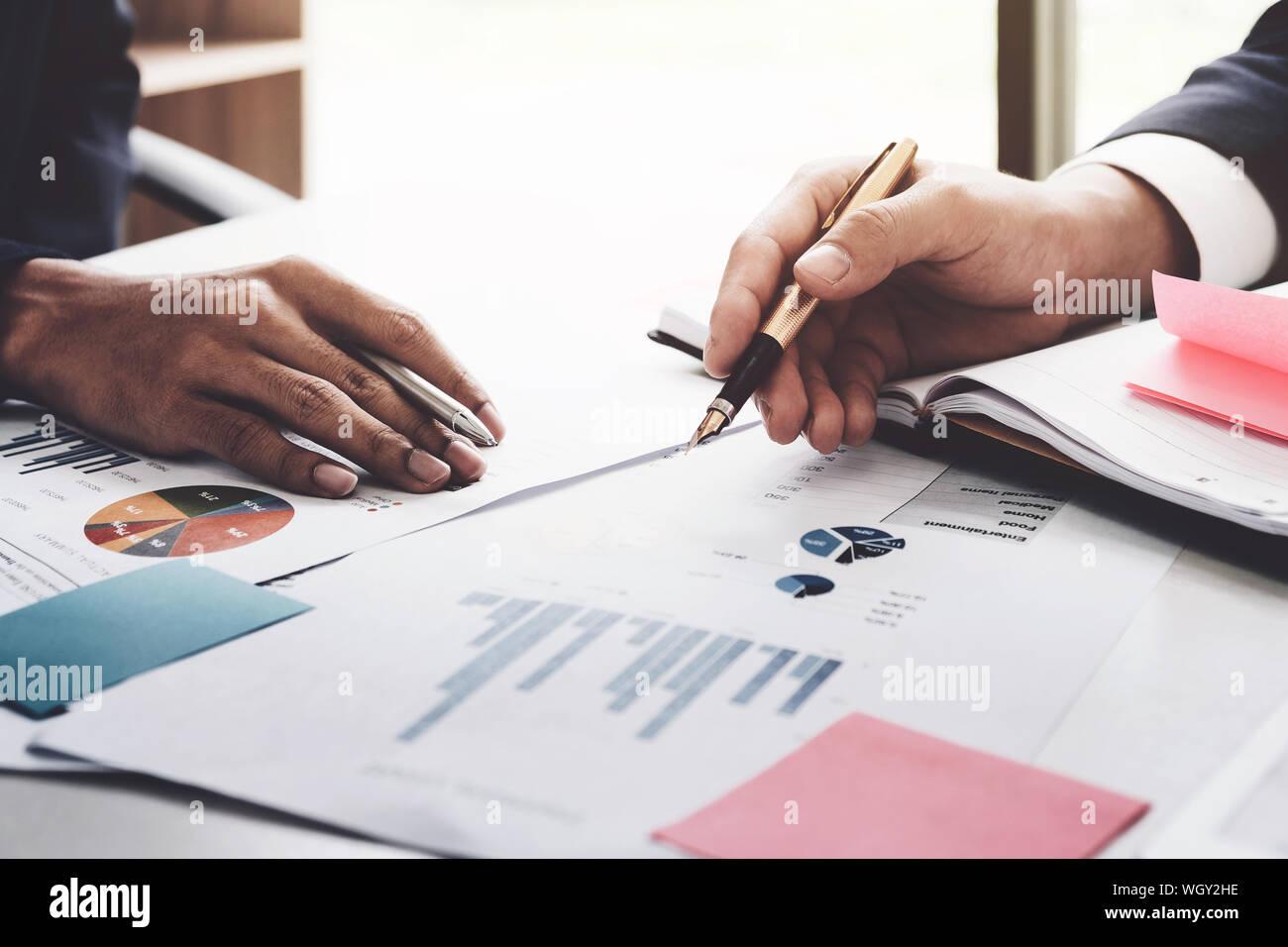 Recorta las manos de gente de negocios discutiendo los datos en Office Foto de stock