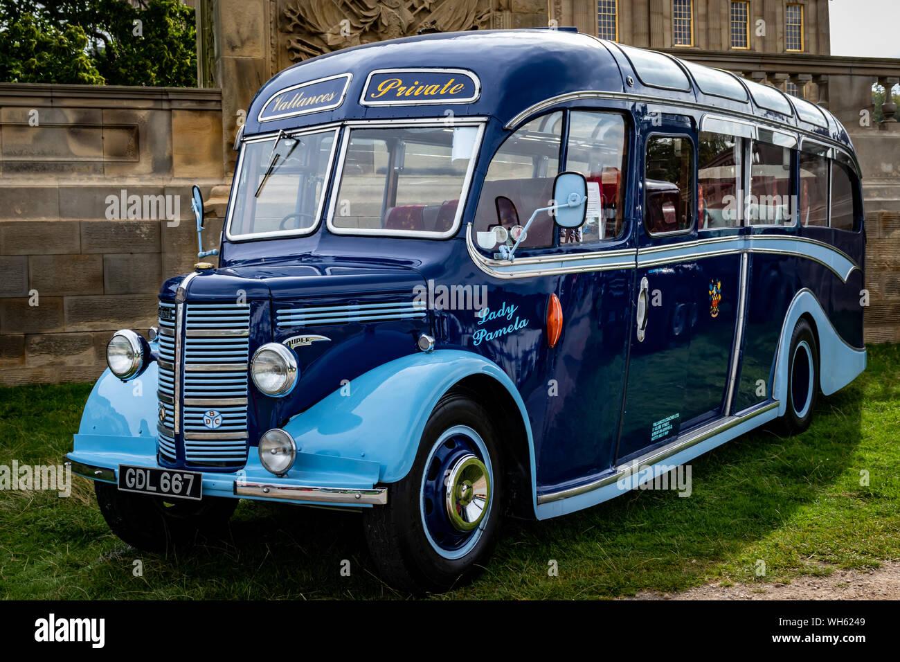 Los coches antiguos, furgonetas, camiones y buses en Chatsworth House Country Fair 2019,Peak District de Derbyshire, Inglaterra. Foto de stock